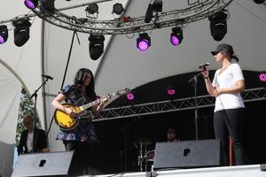 AnnaSara D Formgren och Sofia Stolt på scenen med Norrskensorkestern.