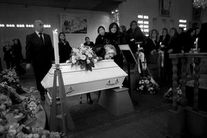 Andra pris, årets nyhetsbild. Foto: Magnus Wennman, Aftonbladet. Simon, 3 år, dog den 31 oktober på Astrid Lindgrens barnsjukhus. Fyra dagar tidigare hade familjen sökt hjälp på närakuten i Solna, men blivit hemskickade utan att få vård. Testerna visade att Simon dog i svininfluensa. Hundratals släktingar och vänner samlades för att ta farväl i S:t Petrus kyrka i Hallonbergen i norra Stockholm. Många skriker ut sin sorg när de passerar den lilla vita kistan.