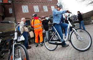 """Maria Ahnlund på hemtjänsten i Odenslund gör sin första testtur på nyinköpta elcykeln: """"Den verkar jättebra"""". Foto: Håkan Luthman"""