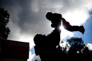 Fortfarande tar Sveriges pappor ut mindre än en fjärdedel av föräldradagarna.
