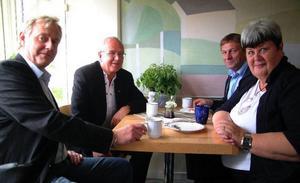 Ragundas nye kommundirektör Åke Ljusberg flankeras på bilden av Ragunda kommuns näringslivschef Christer Lindberg, oppositionspolitikern Sigvard Backlund, (C), och kommunalrådet Elisabet Yngström, (S). Foto: Ingvar Ericsson