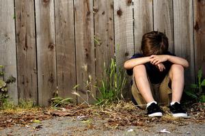 Ensamt. För barn utan social eller ekonomisk trygghet kan sommaren innebära tio veckor av ensamhet och oro. När skolan stänger försvinner många av barnens möjligheter till trygghet och stöd. Arkivfoto: Istock Photo