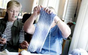 Hur lång ska den bli? Annalisa Larsson ger Gun Kangas goda råd med den pågående halsduken. Själv stickar hon sockor åt sitt åttaåriga barnbarn.