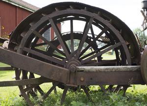 Den hade ett stort bakhjul som också drev traktorn med hjälp av en rejäl kedja.