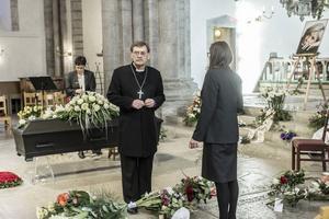 Biskop emeritus Lennart Koskinen höll i gudstjänsten när Josefin Nilsson begravdes i Visby.