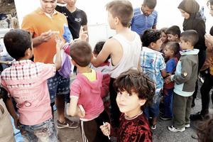 Det var många barn i hamnen på Samos. Trots deras fruktansvärda erfarenheter från kriget i Syrien och deras otrygga tillvaro på flykt lyste deras ögon av glädje när de fick en leksak eller lite godis.