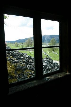Även utsikten från smedjan domineras av stenrösen.
