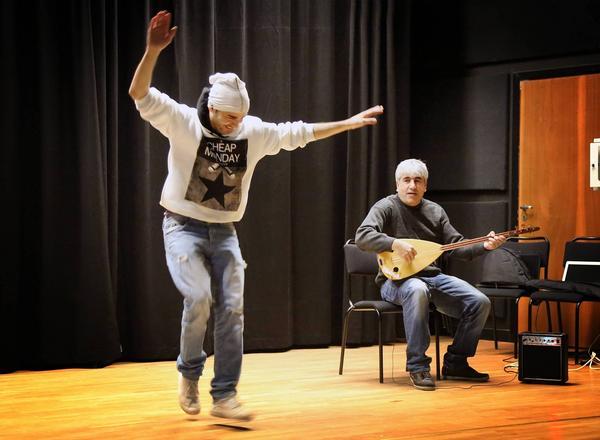 Tio syrianer hade lagat maten på Wemerskolan. En av dem var Hazem Alhusien som bott i Hede i 2 år som även bjöd på några danssteg.