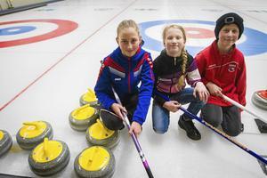 Emmy Landberg, Ylva och David Öhlén spelade curling på sportlovet.