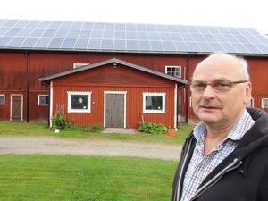 – Jag tror solenergi är framtiden. Det kommer säkert att bli en stor utbyggnad framöver säger Lars Olsson som just fått ordning på sin solenergianläggning hemma på gården i Fanbyn. 28 000 kilowattimmar per år ska den producera.