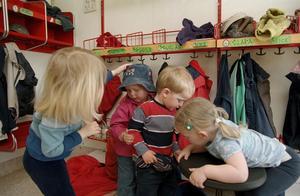 Inte stöpta i samma form. Förskolan och skolan är ingen produktionsenhet som industrin där man kan måttbeställa råmaterial och sedan räkna ut vad detta kan användas till, skriver Per Dahlberg. (Barnen på bilden har inget samband med artikeln).