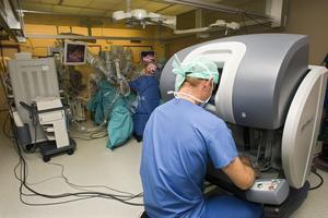 Robotassisterad titthålskirurgi. Roboten styrs av en operatör via en konsol.
