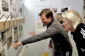 Joakim Zander och Carolin Persson hittade mycket bland klippen som satt uppsatta i den lilla utställningen om Stråssa.