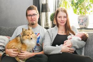 Rickard och Jenny Gustavsson med nyfödda sonen Collin och hunden Mixy. Saknas på bilden gör familjens andra hund, Lillie.
