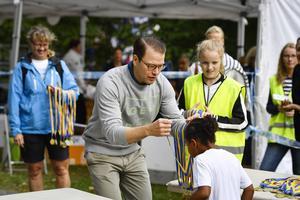 Idrottsprinsen Daniel delar ut medaljer.