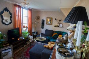 Varma färger, textilier och detaljer präglar vardagsrummet.