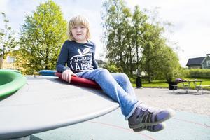 Liv Edholm, 6 år, är ett av de många barn som leker i den moderna Hantverksparken. Favoritplatsen är den snurrställning som finns uppsatt i parken.