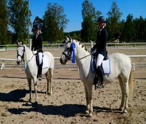 Elvira Lindgren/Firfod Zart Zilke, till vänster, blev dubbelsegrare och Maja Wennstig kom tvåa, här på sin andra ponny Sessan.