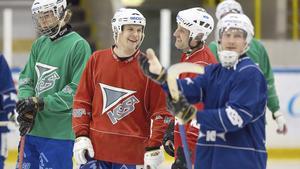 Andreas Hjulström snackar med Petter Andersson.