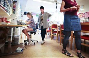Marie Hemmingsson ser på när hennes dotter Emma broderar namnet på sin jeansjacka