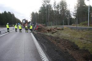 Timmerbilen blockerade vägen i södergående riktning. under räddningsarbetet.