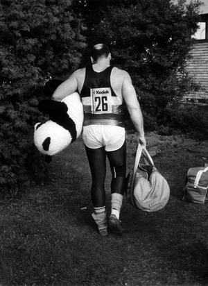 SM i friidrott på Arosvallen i Västerås, Ricky Bruch tar sin panda och går.