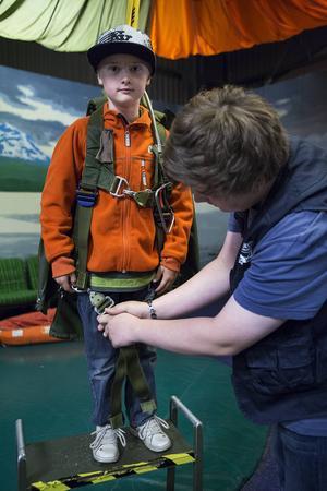 Linus Eklund, 8 år, testar fallskärmsgungan som är en av de populäraste attraktionerna på Teknikland.