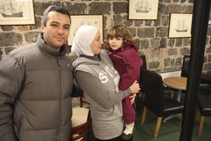 Tariq Ammar och Maha Bwabijl tycker det är givande att få öva språket med skickliga lärare. På bilden även deras son Karim Ammar.