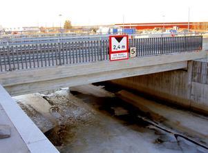 En kvinna skadades svårt när hon joggade längs Redargatan i kvällsmörkret och missade bron över kanalen från Alderholmen vid Nyhamn.
