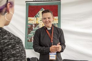 – Socialt är det mycket bra att stå här. Jag har fått mycket kontakt med folk. Signe Ek, präst i Svenska Kyrkans monter berättade att det hade varit en vigsel på Game Fair när TH pratade med henne. Eventuellt kunde det bli flera.