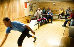 Det är aldrig för sent att satsa på äldres hälsa, säger folkhälsoinstitutet. Att bowla stärker både muskler och balans.