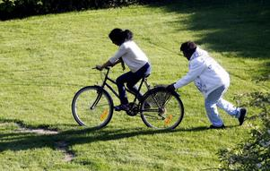 Luwan Andemichel ser till cykeln inte stjälper när Saba Abraha tar en åktur.