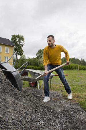 Just nu är det viktigt att få till fotbollsplanen utanför hemmet. Aiham fyller i håligheter med grus.