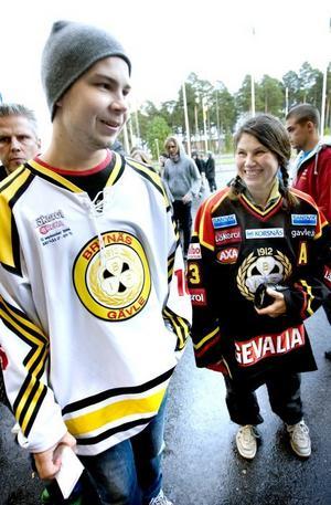 Lill-Strimma. Kicki Haraldsdotter har alltid hållit på Brynäs. Hon reste från Södertälje för att se säsongspremiären i Läkerol Arena. Som barn döpte hon sin kanin till Lill-Strimma. Bredvid henne står sonen Markus Leppänen.