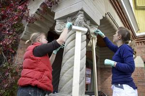 Anna Henningsson och Johanna Nessow har inlett arbetet med att restaurera den gamla stenpelaren på Bergööska huset.