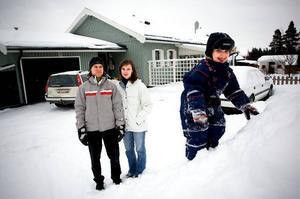 """Tvingas flytta? Familjen Danielsson trivs väldigt bra i Skräddarbacken och Borlänge. Men på grund av brist på dagisplats funderar de på att flytta. """"Vi har börjat titta på hus i Gustafs"""", säger de."""