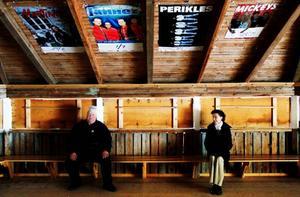 Sten Edvardsson och Inger Landerberg väntar på att danserna ska sätta igång, som vanligt första onsdagen efter midsommar. I taket affischer från förra säsongen.