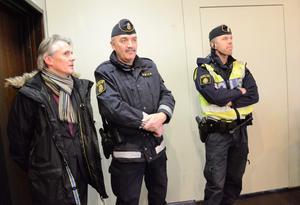 Följd. Skärpt säkerhetstänk är följden efter tisdagens hot mot Hällefors kommun, enligt säkerhetsansvarige Thorsten Schnaars. Här med polismännen Sven-Åke Hultman och Andreas Norling i tisdags.