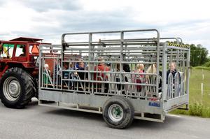 Beroende av släpfordon kunde olika många passagerare tas med ut på rallyt runt Ullersätter.