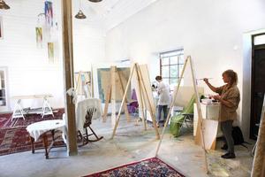 Den ljusa, luftiga ladan är fylld av stafflier, där Åsa Norrby och andra kursdeltagare målar under tystnad.