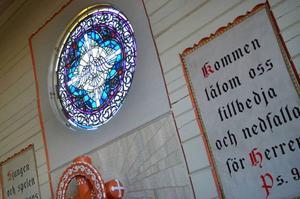 Det har sagts i Bodsjöboken att dekorationsfönstret i Hunge kapell är det enda där duvan flyger uppåt i stället för neråt.