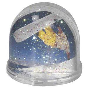 Ingen snö? Deppa inte, du kan i alla fall få lite snö i en liten kula. Gör-det-själv-kit med kula, vätska med glittersnö och plats för två egna bilder kostar 67 kronor hos smartasaker.se.