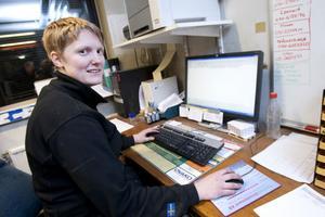 Varannan vecka får viktklubbens medlemmar ställa sig på vågen. Hanna Ek registrerar sedan uppgifterna i datorn.