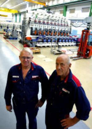 Göran Hansson har jobbat i 41 år på Emhart och Kalle Olsson i 47 år. –När jag började var golvet så skitigt att trucken körde fast ibland, berättar Kalle.