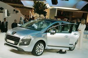 SNÄLLARE.  Mindre hajgap i fronten och snällare strålkastare, så här kommer kammande modeller från Peugeot att se ut. Prologue har hybriddrift, en dieselmotor driver framhjulen och en elmotor driver bakhjulen. Tillsammans ger motorerna Prologue 200 hästkrafter men bränsleförbrukningen blir bara 0,41 liter per mil och utsläppen 109 g CO2/km. En produktion av Prologue är inte planerad för tillfället men vi kan räkna med att kommande Peugeot-modeller kommer att använda samma formspråk.