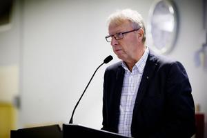 Jan Willner hävdade att sju jobb kan vara i fara om det dröjer med ny bassäng i Sporthallen.