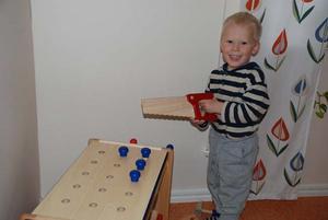 Assar Andersson tycker om att leka vid sågbänken.