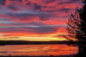 Solnedgång över Svegssjön. Naturens magiska skådespel.
