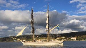 Bild på Tre kronor af Stockholm då hon gick strax utanför Alnö, tagen från en av sjöräddningens båtar.