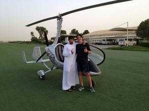En bild där Tim står tillsammans med en elev i miljön vid Qatar.